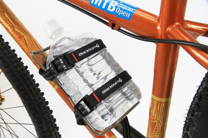通常のボトルケージでは搭載できない大容量ペットボトルも搭載可能