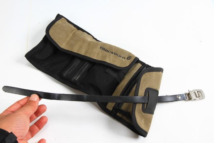 サドルレールに固定するベルトは革製でクラシカルな雰囲気を醸し出す