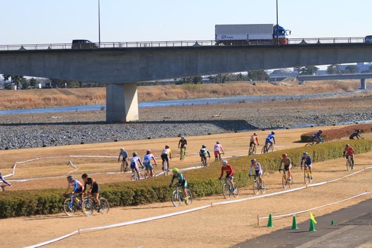 広々とした河川敷のコースを縦横無尽に走るC1の選手たち