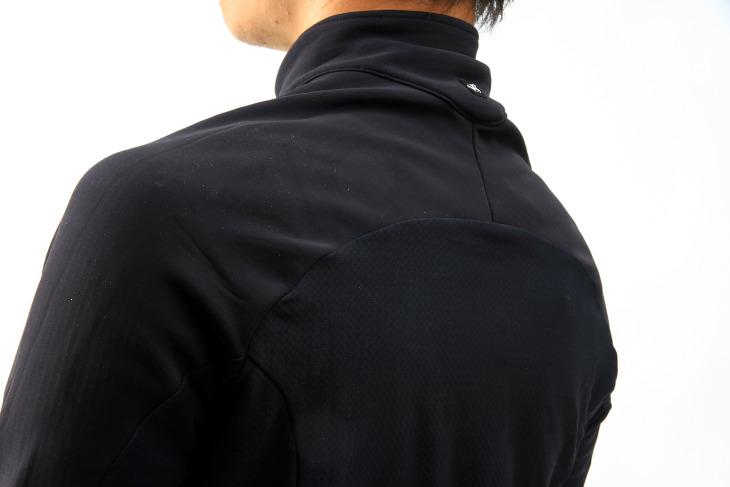 肩周りは左右でセパレートしたパターンを使用することで、腕を前へ突き出しやすくする
