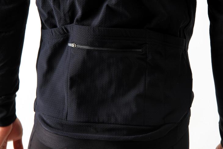 バックポケットはオーソドックスな3セパレーションとジッパー付きポケットの4つが備えられている