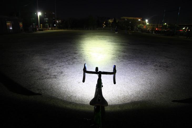 圧倒的な光量によって前方を強く照らし路面状況の視認性を高める