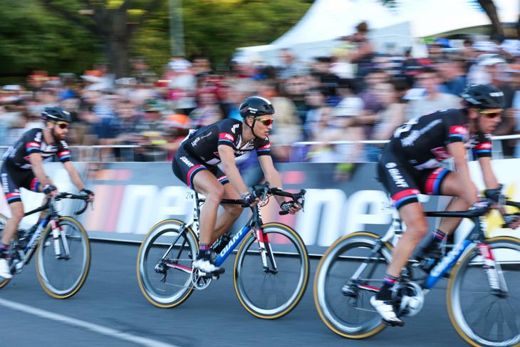 チームメイトにサポートされて走るマルセル・キッテル(ドイツ、ジャイアント・アルペシン)