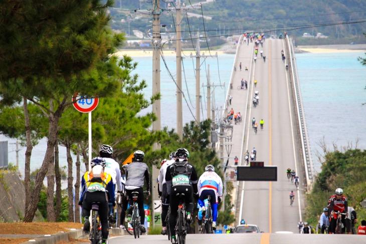 海に向かって一直線に伸びる古宇利大橋