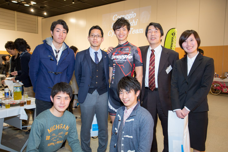大阪経済大学徳永光俊学長を囲んで。下島将輝は同大自転車部