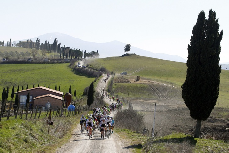 砂煙を蹴立て、延々と連なる丘を縫うように走るストラーデ・ビアンケ(写真は2015年の男子レースより)