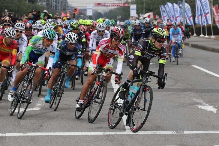 スカイダイブ・ドバイからチームUKYOに移籍したオスカル・プジョルが先頭を引く