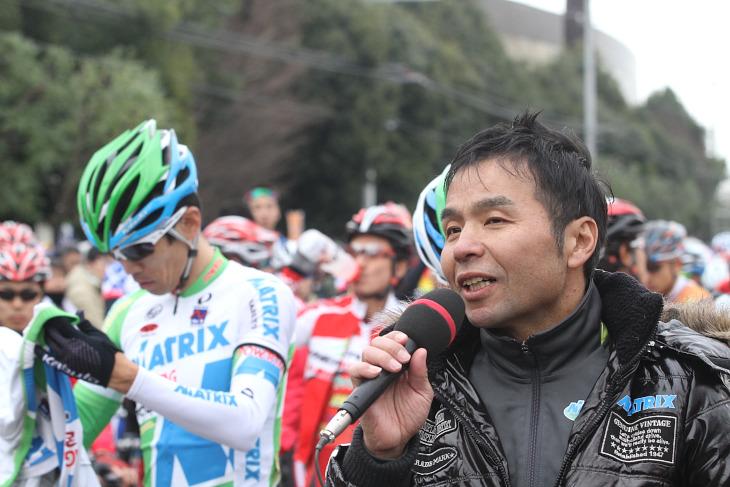涙をこらえながらマイクを握るマトリックスパワータグの安原昌弘監督