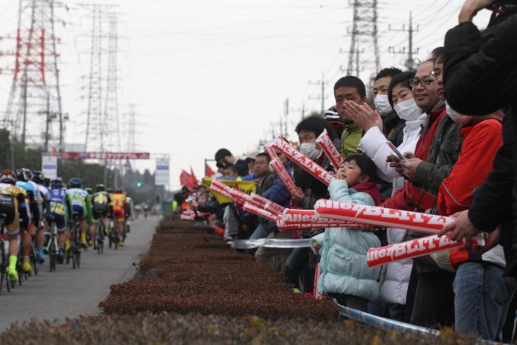 約1kmのホームストレートには大勢の観客が集まった
