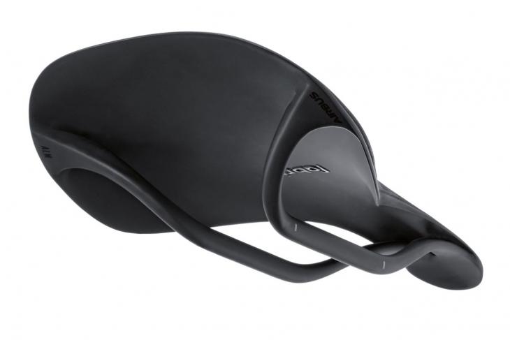 フルカーボンサドル「ALM ULTIMATE」 3Dプリンター技術で整形されたカーボンのクリーンなベース裏面をもつ