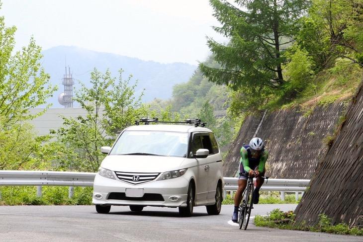 サポートカーを従えて走る中村龍太郎(イナーメ)がトップタイム