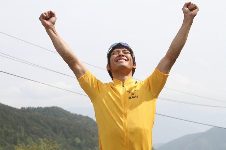 マイヨ・ジョーヌに袖を通して歓喜する中村龍太郎(イナーメ)