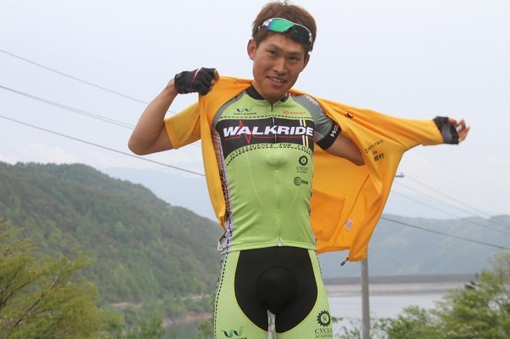 初日の総合リーダーとなった宇田川陽平(WALKRIDE)がイエロージャージに袖を通す