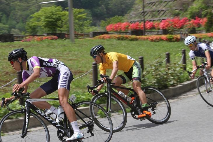 黄色いリーダージャージを着て集団を走る宇田川陽平(WALKRIDE)