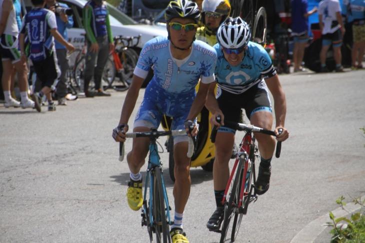 余裕でゴール前の坂を上る才田直人(Gruppo AcquaTama)と苦しそうなジェイソン・バラド(NEILPRYDE-南信スバル)