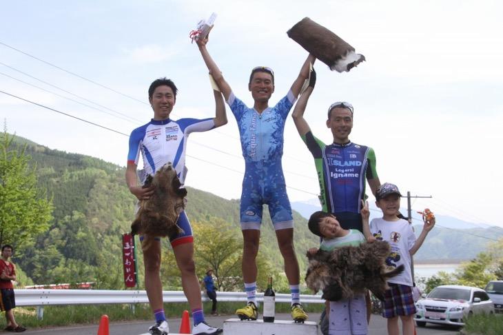 ステージ2で優勝した才田直人(Gruppo Acqua Tama)、2位の風間博之(サイクルフリーダム、3位の高岡亮寛(イナーメ)