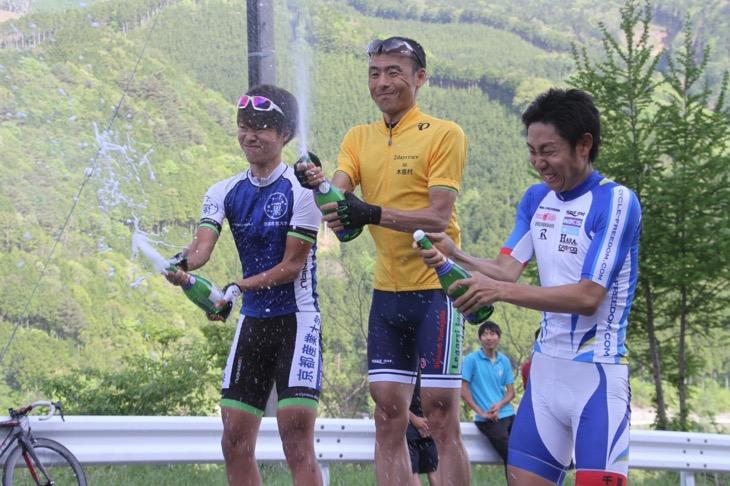 総合優勝の高岡亮寛(イナーメ) レース表彰式で行なうシャンパンファイトの数は日本一!