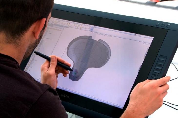 3人の工業デザイナーと共に、今日も画期的な製品を生み出すべく開発に勤しんでいる