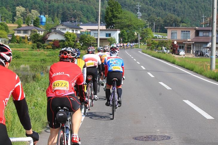 走り易い県道に参加者さんの列が続きます。