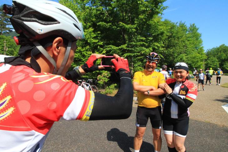 女性サイクリストとは喜んで腕を組ませて頂きます。