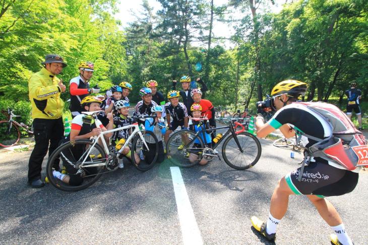 マヴィックチームが勢揃い。同じヘルメットが9個もある。