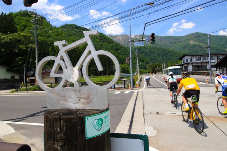 バイクのオブジェから白馬五竜への登坂が始まります。