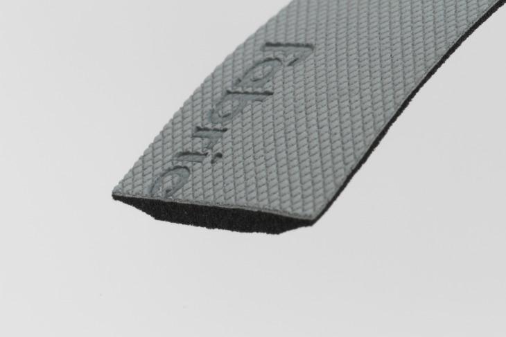 ラバーグリップの層と振動吸収フォーム、シリコンゲルという3層構造となっている。表面はヤスリ目を採用することで、高いグリップ力を実現している