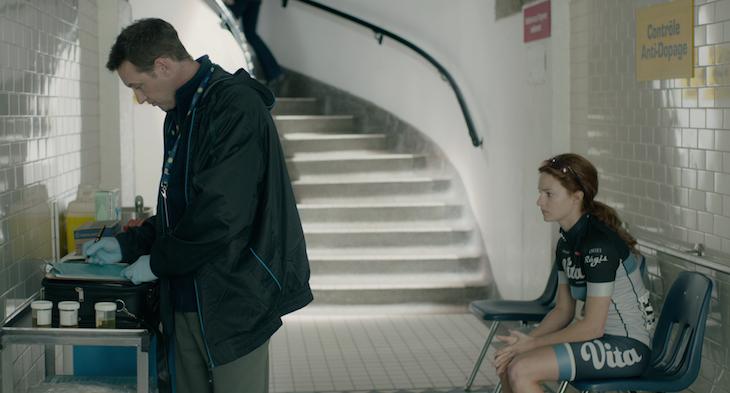 アンチドーピング機構のスタッフとジュリー。どちらの立場に立つかで映画の見方が反転する。