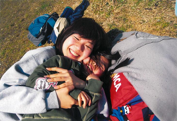 YMCA野外キャンプで子供とはしゃぐ平野さん