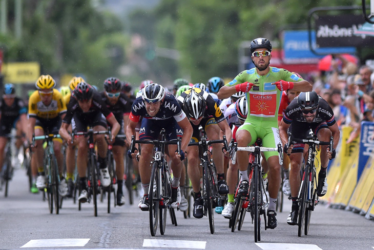 混戦のスプリントから抜け出したナセル・ブアニ(フランス、コフィディス)
