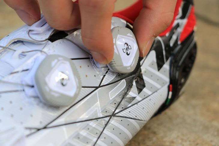 ダイヤルを左右に回すことで締め具合を容易かつ細かく調整できるBOA IP-1クロージャー