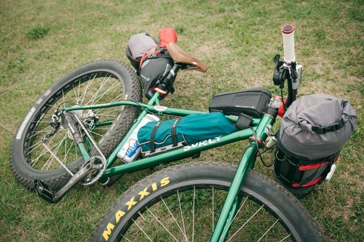 キャリアを付けなくても、ハンドルバーロールとシートパックがあれば1泊2日のキャンプツーリングは楽しめる
