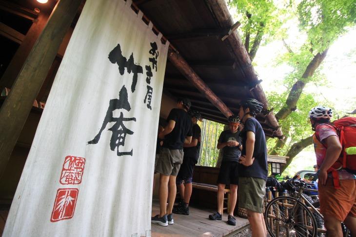 おやき屋竹庵さんは黒茶屋さんの敷地内にあります