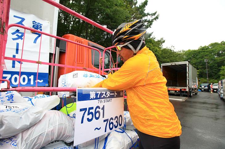 山頂で受取る荷物を自分で預ける。富士ヒルの儀式です。