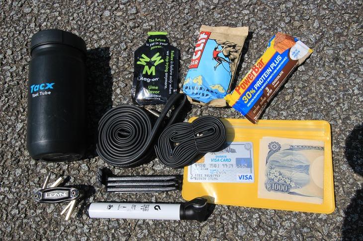 チューブに工具類、補給食や貴重品入れはマストアイテムだ