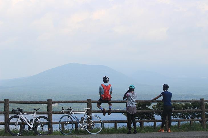 本栖湖の奥の方からは富士山が見えるのですが、今日は雲に隠れて裾野のラインしか見えなかった。本番に期待
