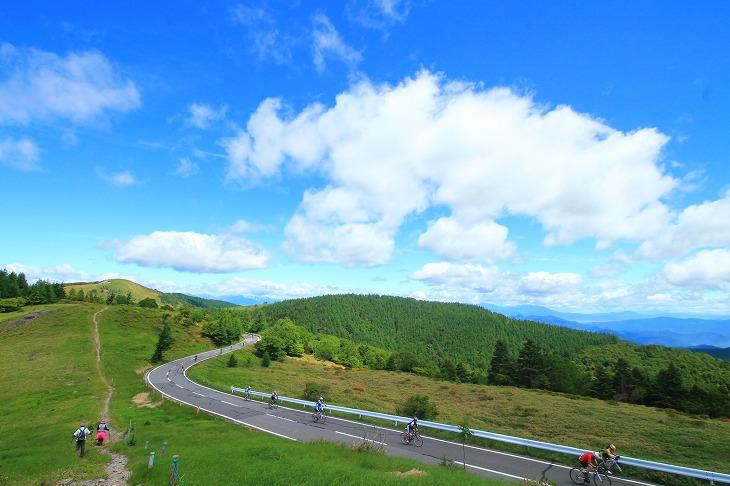 圧巻の大パノラマが広がる美ヶ原高原を舞台に繰り広げられるヒルクライムレース