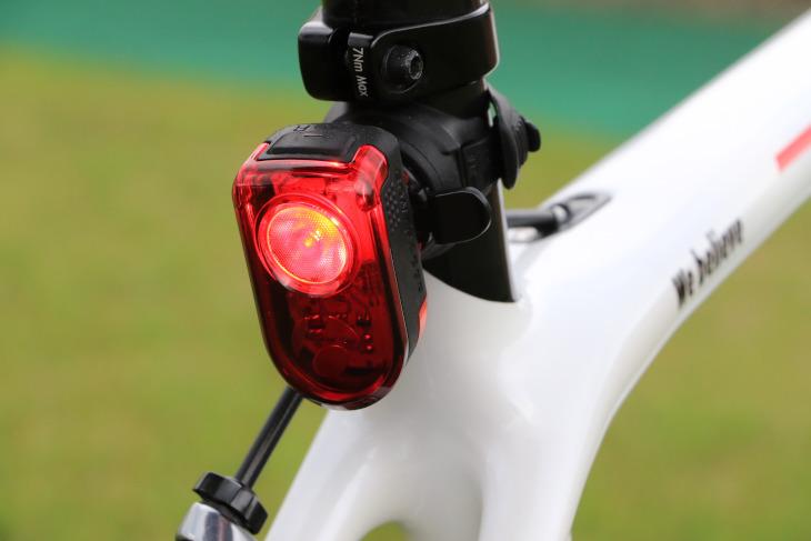 ボントレガーの日中に使用するテールライト「Flare R」を装着しており、当日は点灯させながら走る