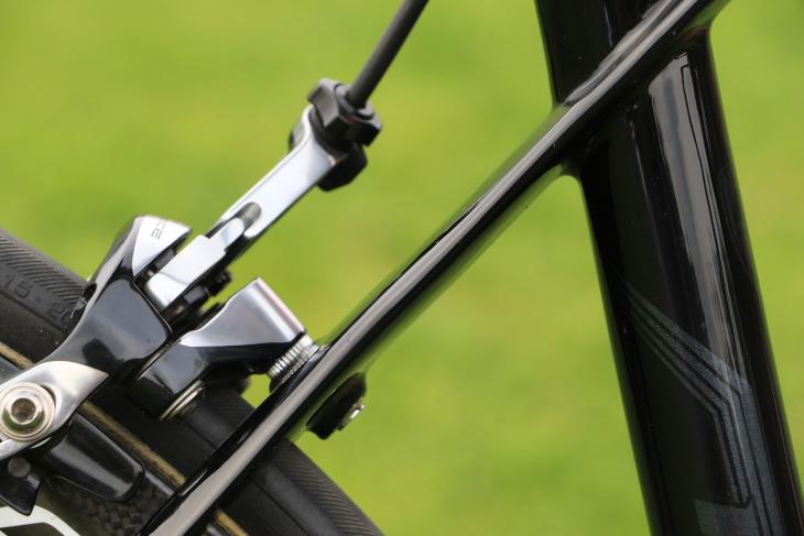 KHANのシートステーは極薄の扁平形状で、軽量化と快適性を高めている