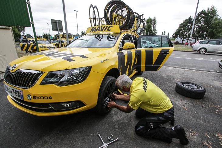パヴェの第4ステージでマヴィックカーはタイヤを交換してオフロードに対応した