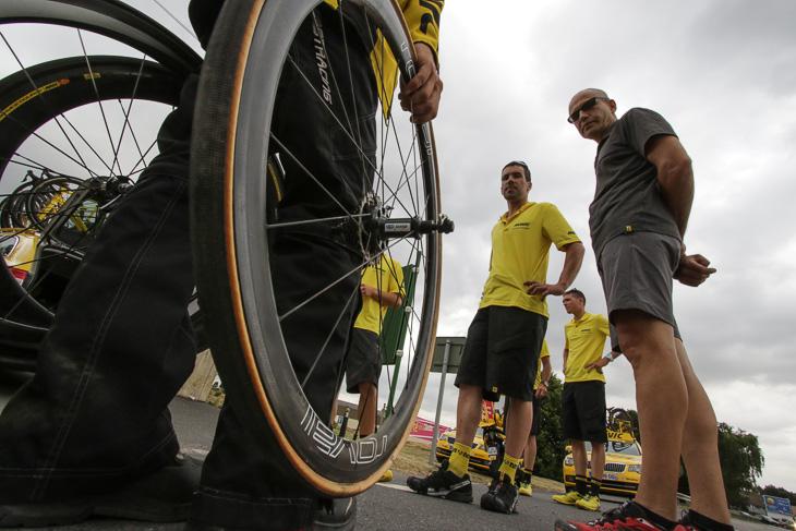 第4ステージで優勝したトニ・マルティンがパンクしたとき、スペアホイールをチームに提供したのはマヴィックだった。写真はパンクしたマルティンのホイール