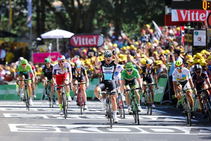 ツール・ド・フランス第7ステージのスプリントを制したマーク・カヴェンディッシュ。ペーター・サガンもVENGEでスプリントに臨んだ