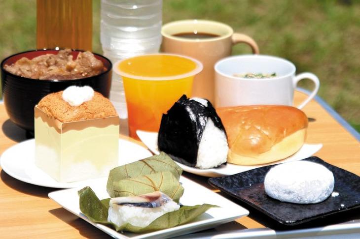 柿の葉寿司やヘたら餅など奈良県ならではのグルメが用意される