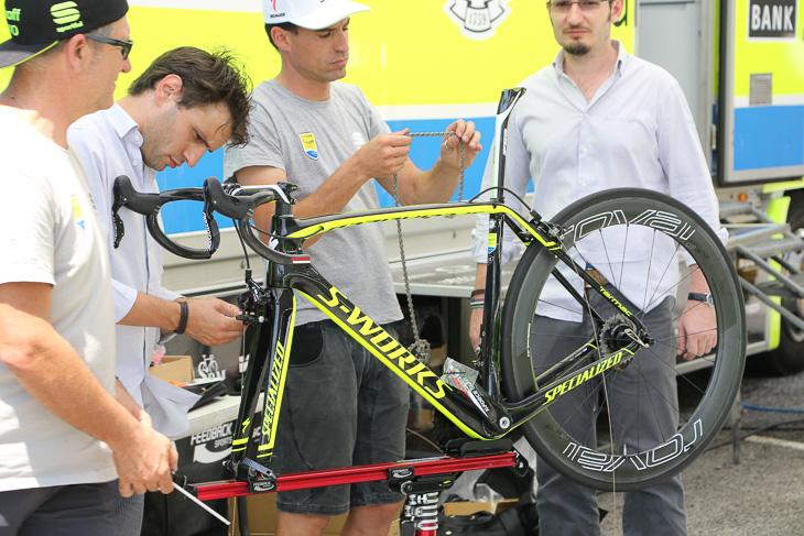 FSAスタッフとティンコフ・サクソのメカニックがバイクを組み上げる