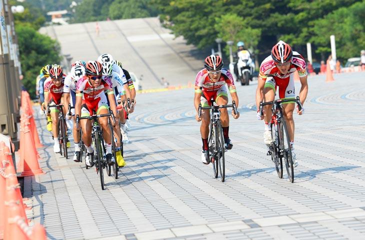 レース終盤、メイン集団を率いて追走する宇都宮ブリッツェン