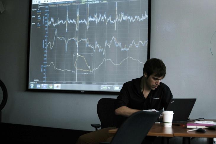 マクラーレン社のスタッフがデータを一人ずつ解析する