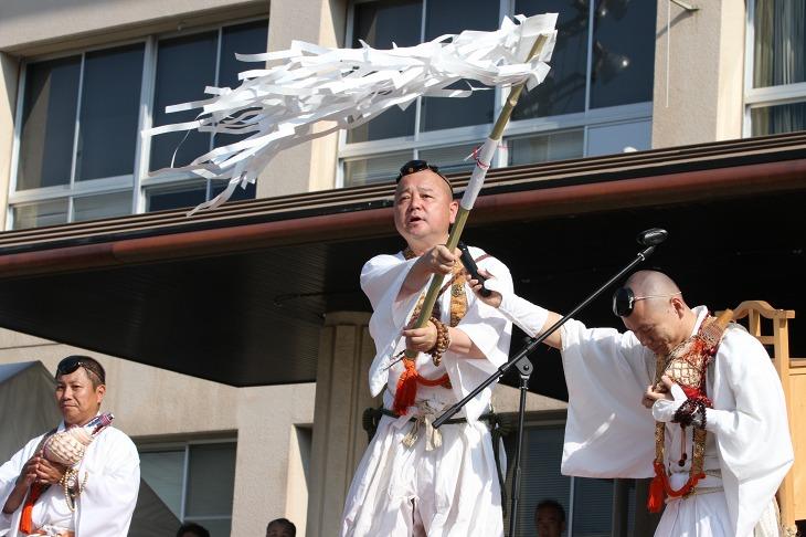 開会式では山伏さんによる祈祷も行われる
