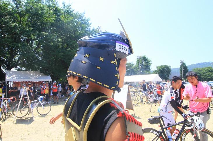 兜はヘルメットを装飾しているんですね。