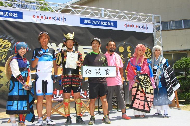 仮装賞の田中さんを囲むゲストの今中さんと安田さん、そして大会を盛り上げてくれた刀剣乱舞コスプレイヤーのみなさん