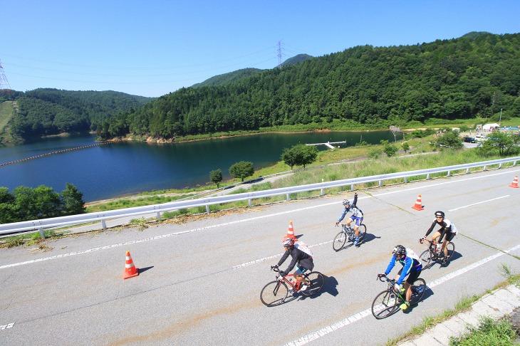 乙女湖を見ながら下山地点へと向かいます